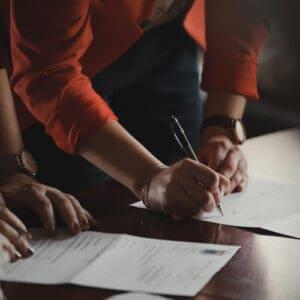 Zdjęcie ilustrujące osobę wypisującą wniosek
