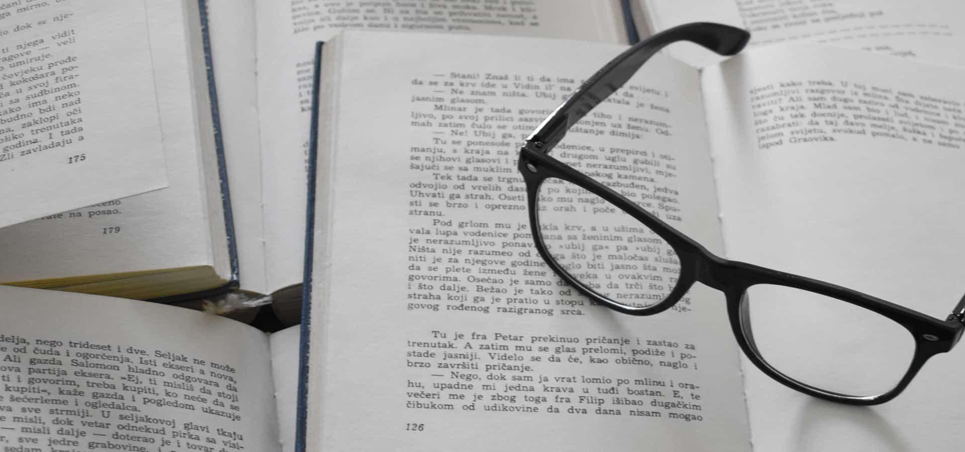 Zdjęcie ilustrujące rozłożone książki